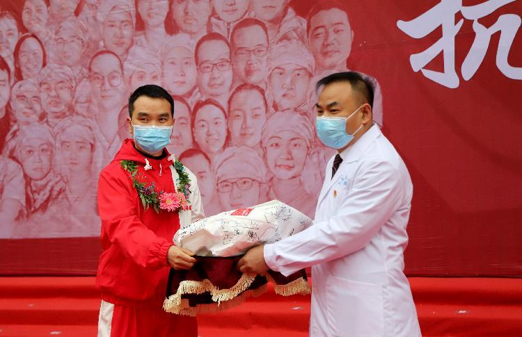 ▲陈勇赠送有45名抗疫队员签名的防护服.jpg