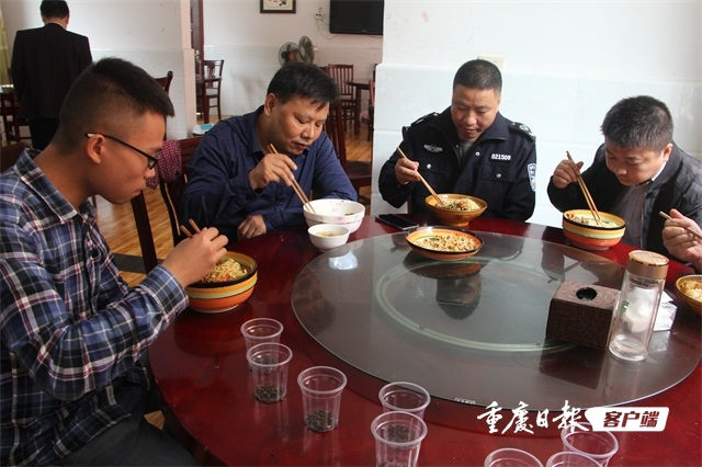 王亚同不打烊的乡镇食堂稿件配图3530611.JPG