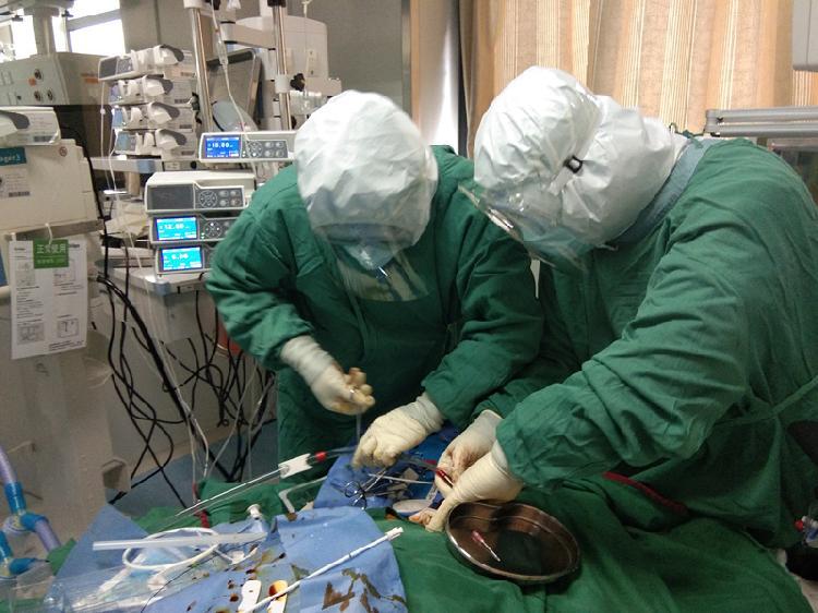 刘景仑(左一)与助手正在为患者进行ECM(4168165)-20200214210320.jpg